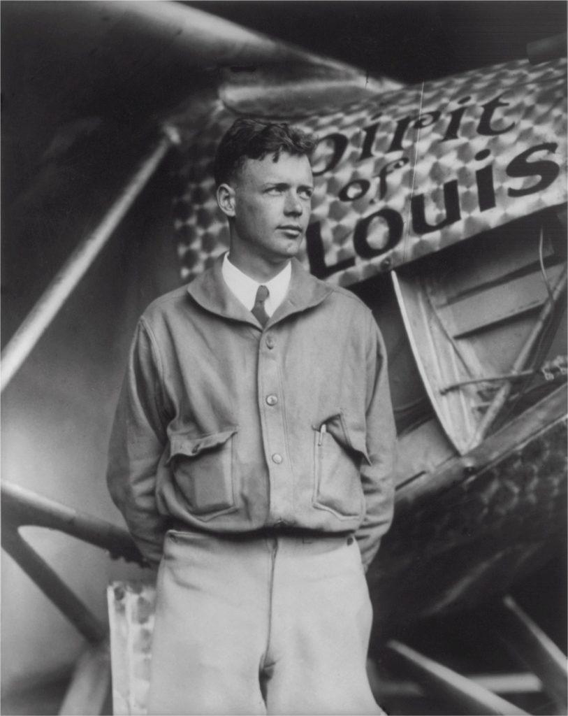 Lindbergh davanti all'aeroplano dell'impresa